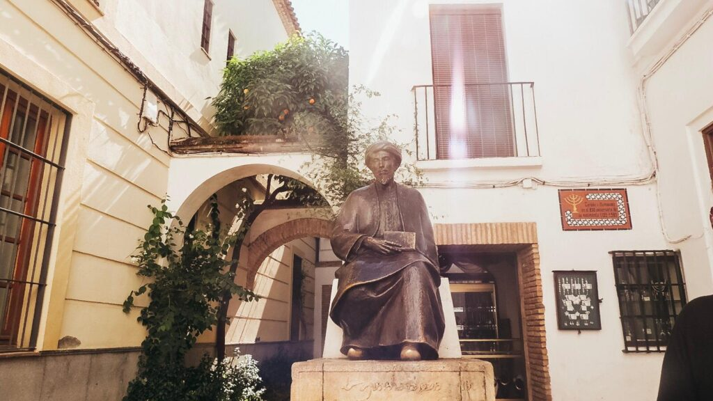 Ibn Meymun heykeli - Cordoba Gezi Rehberi