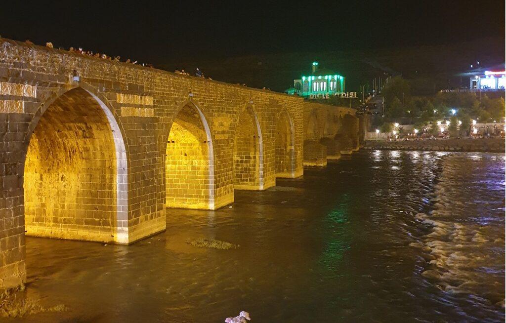 On Gözlü Köprü - Diyarbakır Gezi Rehberi