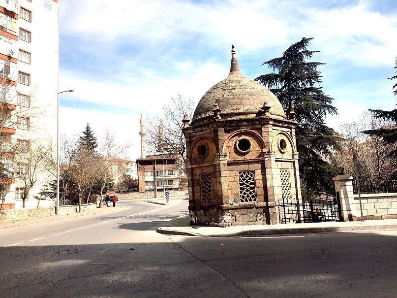 Esma Hanım Türbesi (Kubbeli Anıt)
